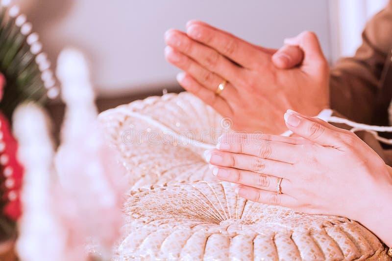 De acordo com os costumes de Tailândia colocará as mãos no descanso para amarrar as mãos dos convidados fotos de stock royalty free