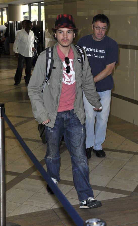 De acteur Emile Hirsch wordt gezien bij LOSSE luchthaven royalty-vrije stock afbeeldingen