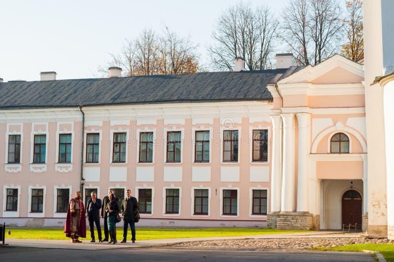 De acteur en de toeristen van de reisgids bij de excursie bij het grondgebied van Novgorod het Kremlin, Veliky Novgorod, Rusland royalty-vrije stock afbeeldingen