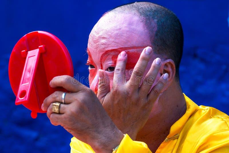 De acteur van de Hineseopera schildert masker op zijn gezicht op het straatart. royalty-vrije stock afbeelding