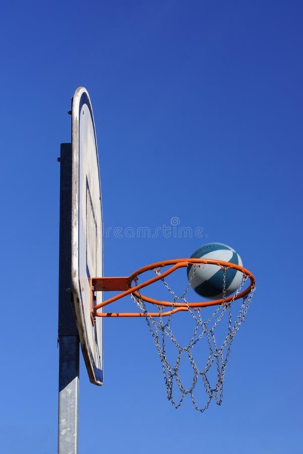 De actie van het basketbalspel in openlucht royalty-vrije stock afbeeldingen