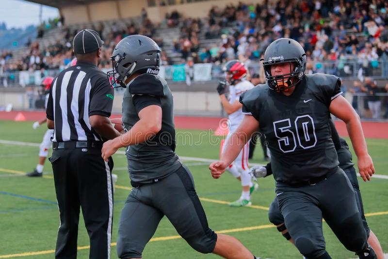 De Actie van de middelbare schoolvoetbal stock afbeelding
