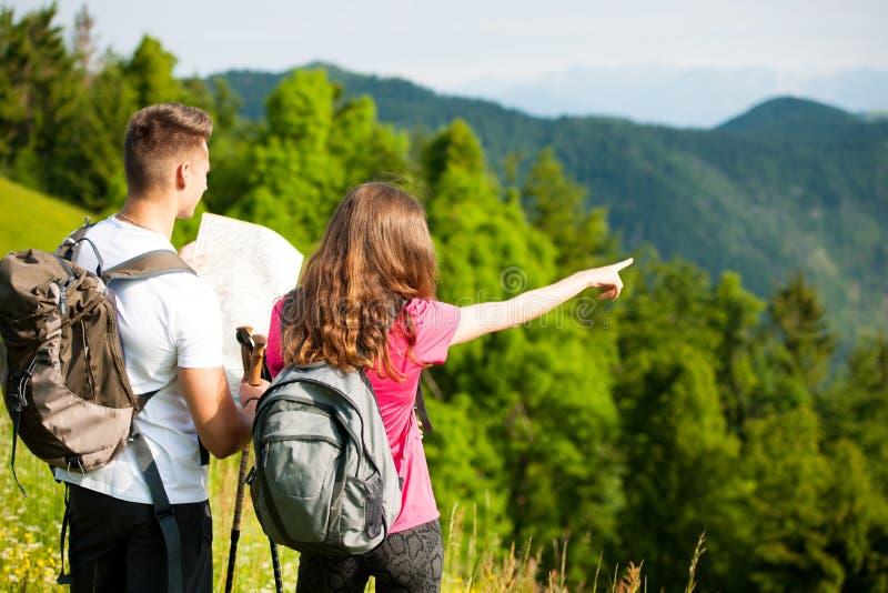 Download De Actieve Mooie Jonge Paar Aard Die Van Wandelingsina Heuvel Beklimmen Of Stock Afbeelding - Afbeelding bestaande uit samen, berg: 107708381