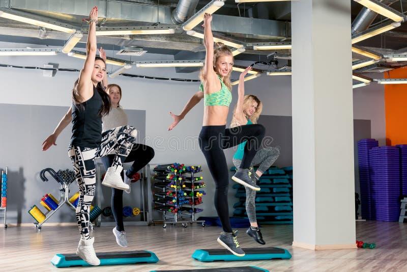 de actieve sporten jonge vrouwen zijn bezig geweest met het vormen in de gymnastiek stock afbeelding
