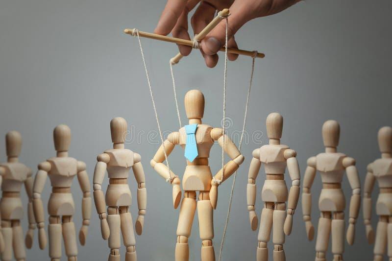 De activist en de arbeiders van de leidersmarionet Concept hoe te om leider in team te leiden Doll in band op de met de hand geco royalty-vrije stock fotografie