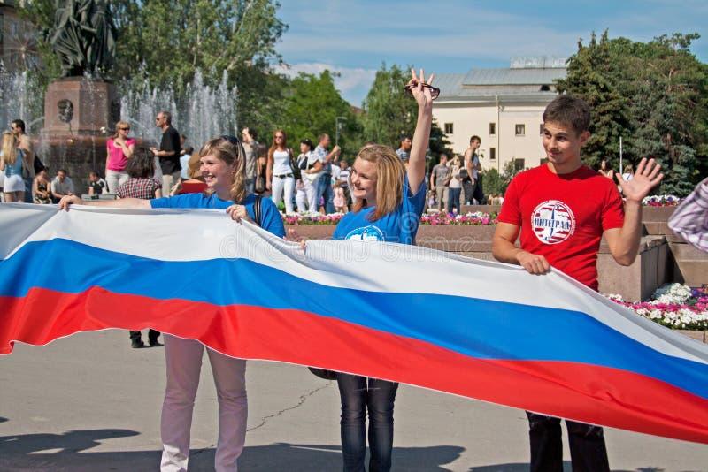 De activisten houden een grote Russische vlag op de Onafhankelijkheidsdag van Rusland in Volgograd stock fotografie