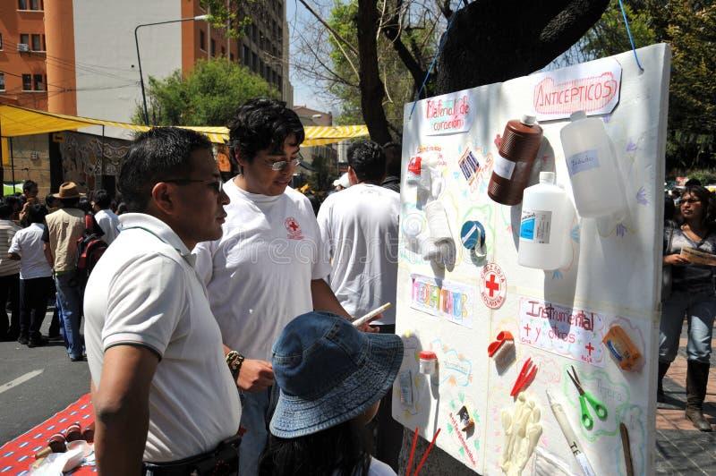 De activisten van het rode kruis onderwijzen menseneerste hulp op een stadsstraat stock foto
