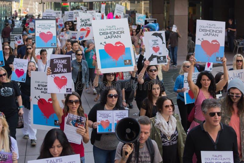 De activisten voor het consulaat van Japan in Los Angeles om de dolfijnen te protesteren slachten in Taiji stock foto's