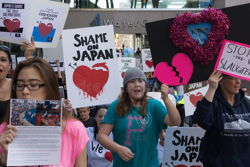 De activisten voor het consulaat van Japan in Los Angeles om de dolfijnen te protesteren slachten in Taiji royalty-vrije stock afbeelding