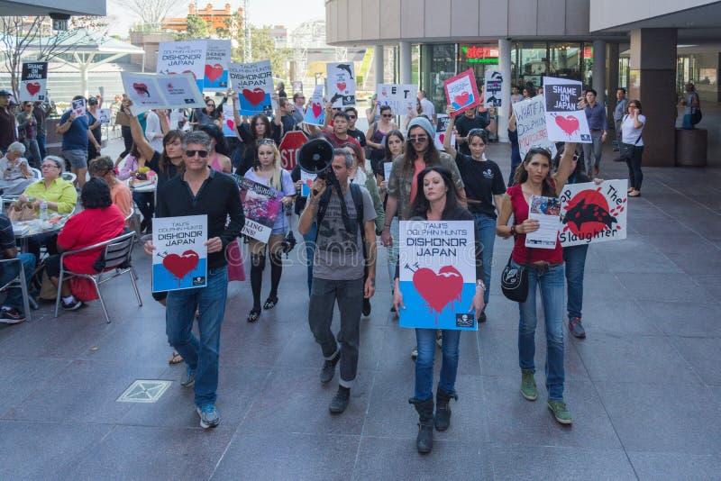 De activisten voor het consulaat van Japan in Los Angeles om de dolfijnen te protesteren slachten in Taiji royalty-vrije stock fotografie
