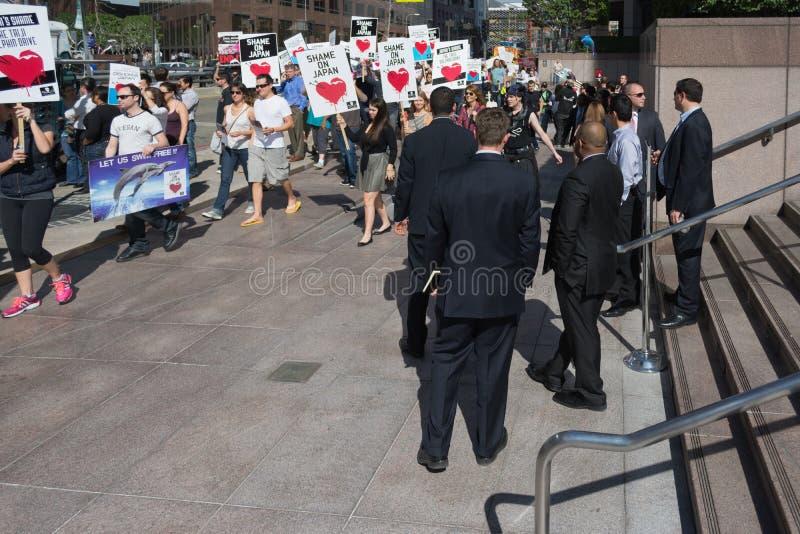 De activisten voor het consulaat van Japan in Los Angeles om de dolfijnen te protesteren slachten in Taiji royalty-vrije stock foto's