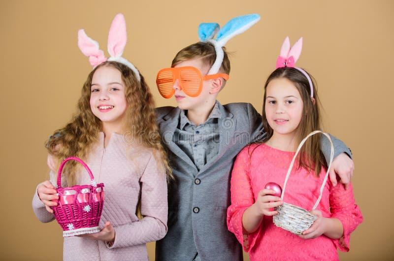 De activiteit en de pret van Pasen Vrienden die pret samen op Pasen-dag hebben Kinderen met de weinig mand klaar jacht voor Pasen royalty-vrije stock afbeeldingen