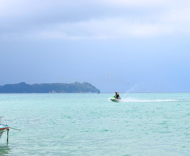 De Activiteit van watersporten - Jet Skiing - Rampur, Neil Island, de Eilanden van Andaman Nicobar, India stock foto's