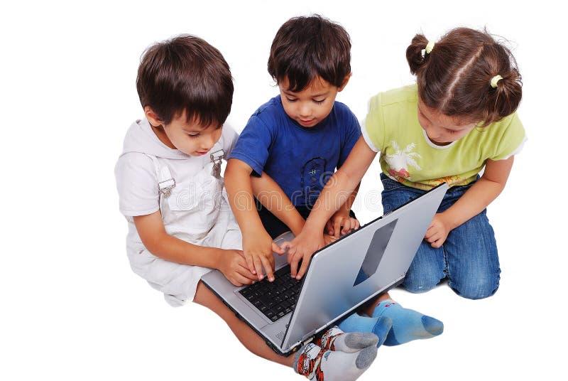 De activiteiten van Chidren op laptop royalty-vrije stock afbeeldingen
