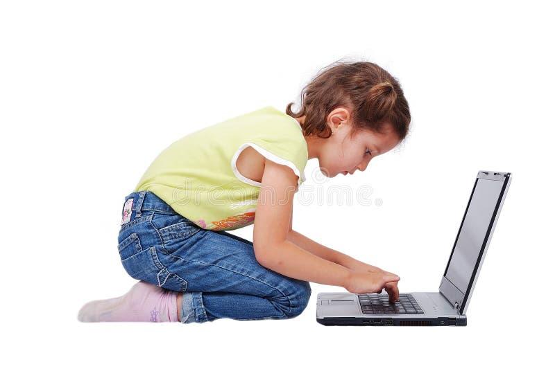 De activiteiten van Chidren op laptop stock afbeeldingen