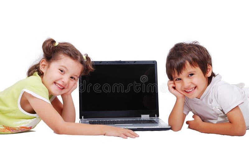De activiteiten van Chidren op laptop die in wit worden geïsoleerdd stock foto's