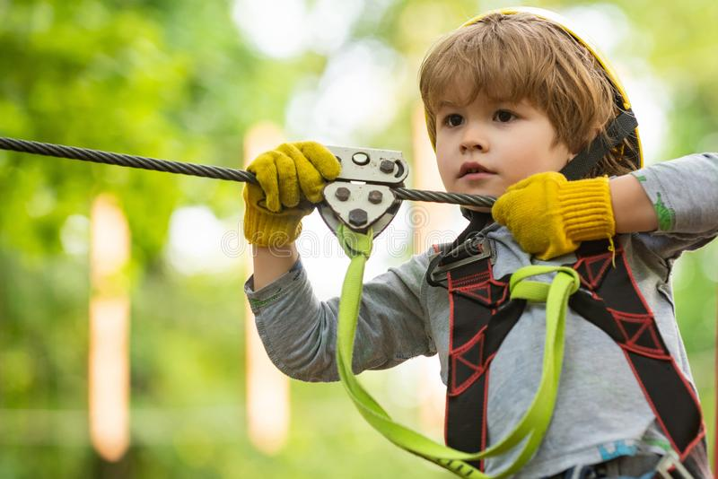 De activiteiten van de kinderenzomer Portret van een mooi jong geitje op een kabelpark onder bomen Elke kinderjaren zijn van bela royalty-vrije stock fotografie