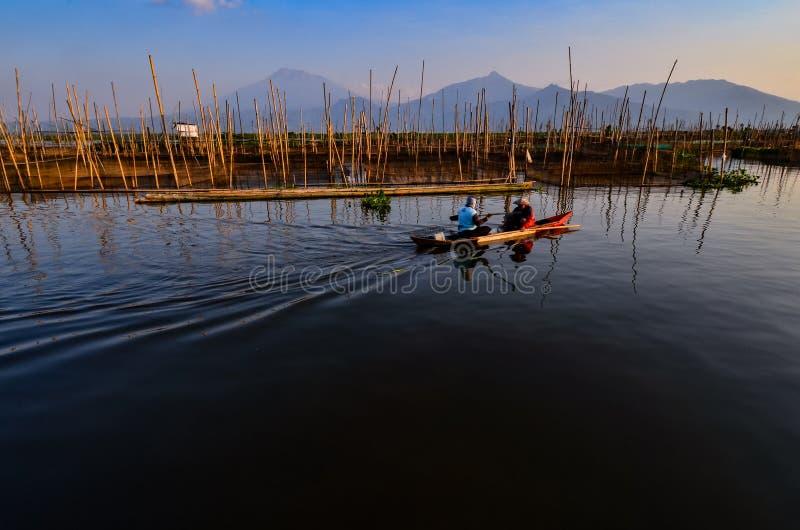 De activiteiten van vissers in de rand van het meer royalty-vrije stock foto
