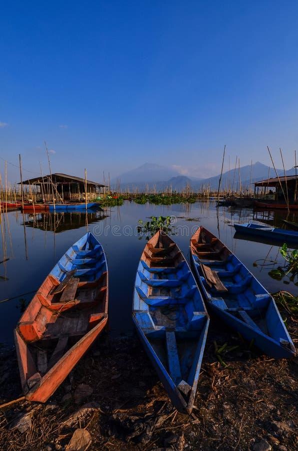 De activiteiten van vissers in de rand van het meer royalty-vrije stock foto's