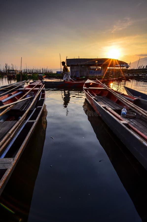 De activiteiten van vissers in de rand van het meer royalty-vrije stock afbeelding