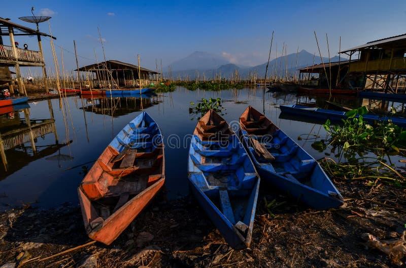 De activiteiten van vissers in de rand van het meer royalty-vrije stock fotografie