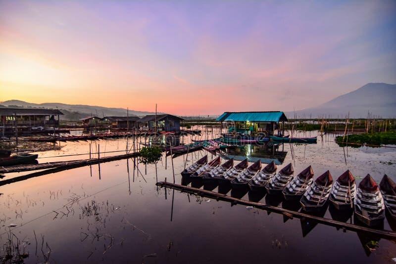 De activiteiten van vissers in de rand van het meer royalty-vrije stock afbeeldingen