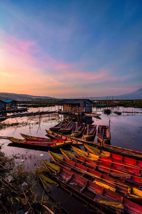 De activiteiten van vissers in de rand van het meer stock fotografie
