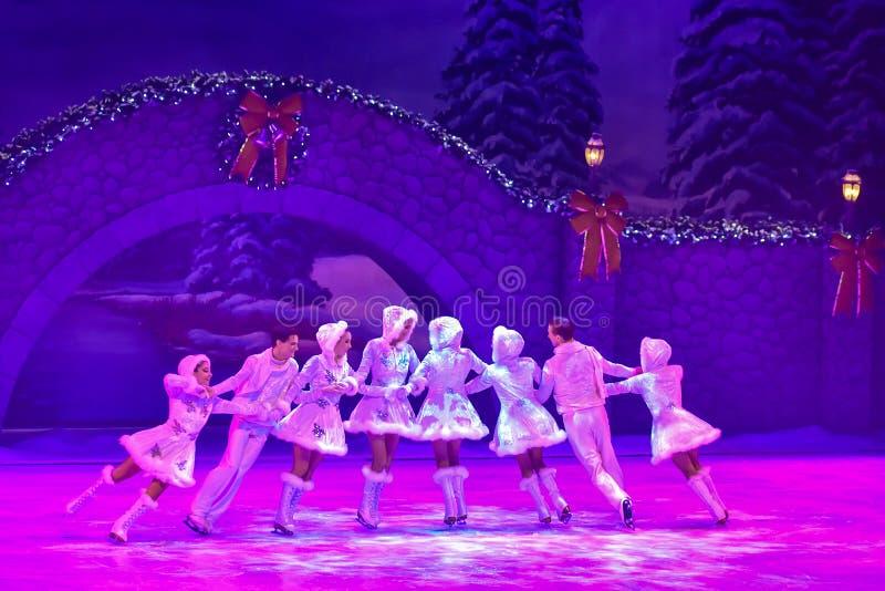 De actoren die bij Kerstmis op Ijs schaatsen tonen bij Busch-Tuinen royalty-vrije stock foto
