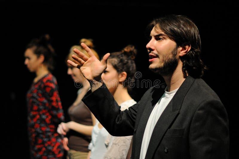 De actoren gekleed in pak, van het het Theaterinstituut van Barcelona, zingen en dans in de komedie Shakespeare voor de Uitvoeren royalty-vrije stock fotografie