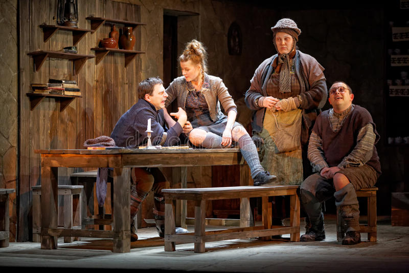 De actoren op stadium van Theater Taganka voeren playby beroemde tijdgenoot uit royalty-vrije stock afbeeldingen