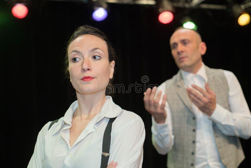De actoren tijdens theater spelen stock afbeeldingen