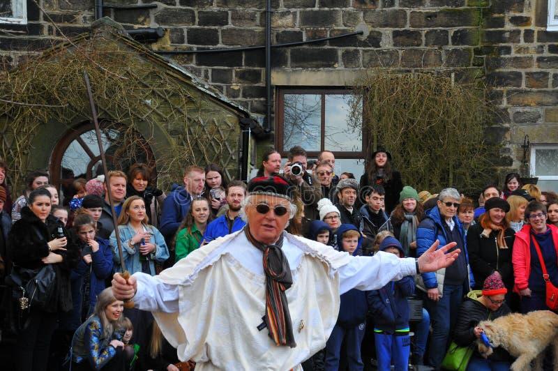 De actoren in de traditionele goede vrijdag Pasen passen eispel in heptonstall West-Yorkshire af royalty-vrije stock afbeeldingen