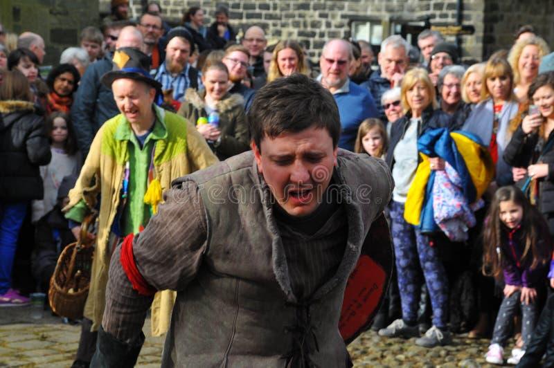 De actoren in de traditionele goede vrijdag passen eispel in heptonstall West-Yorkshire af stock afbeelding