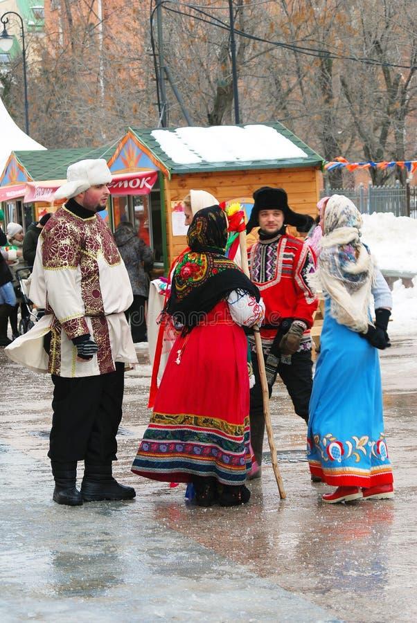 De actoren van de straat in Russische traditionele kostuums stock afbeeldingen