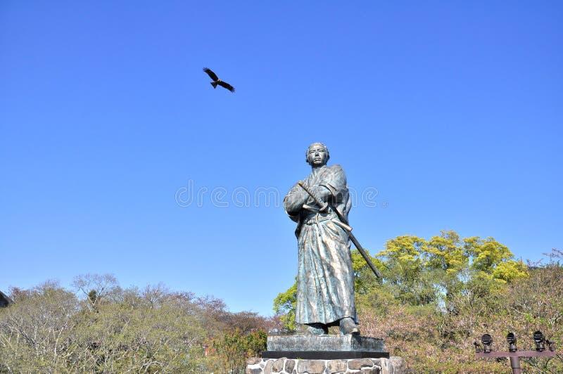 De adelaar en het standbeeld van Sakamoto Ryoma stock fotografie