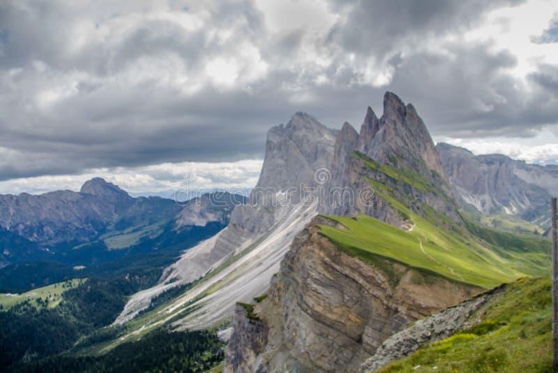 De adembenemende mening van Seceda 2,500m zet Piek met het massief van Puez Odle in Dolomiet op stock afbeeldingen