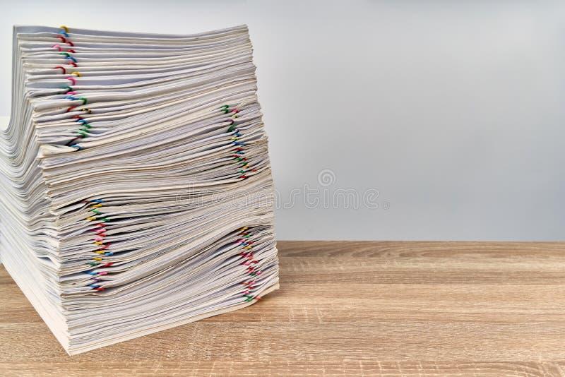 De administratierapport van de stapeloverbelasting over houten lijst met exemplaarruimte royalty-vrije stock afbeelding