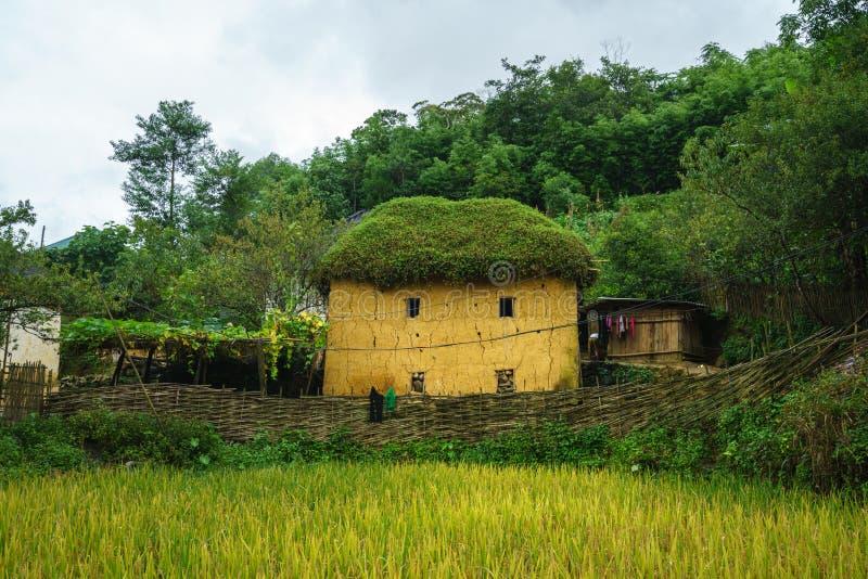 De adobe-stijl van etnische minderheidha Nhi thick-walled huizen met mist in Y Ty, Lao Cai-provincie, Vietnam stock foto's