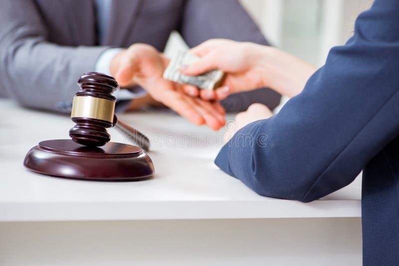 De advocaat die steekpenning voor zijn diensten worden aangeboden royalty-vrije stock foto