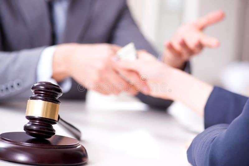 De advocaat die steekpenning voor zijn diensten worden aangeboden royalty-vrije stock fotografie