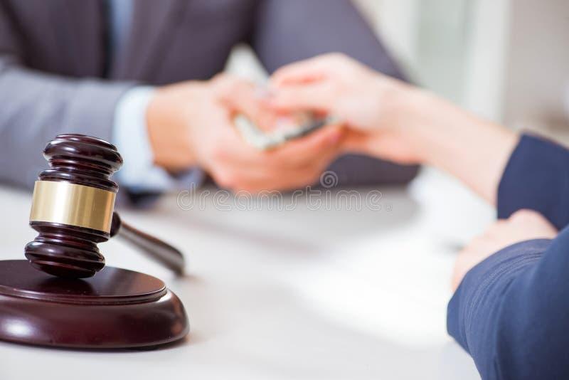 De advocaat die steekpenning voor zijn diensten worden aangeboden stock fotografie