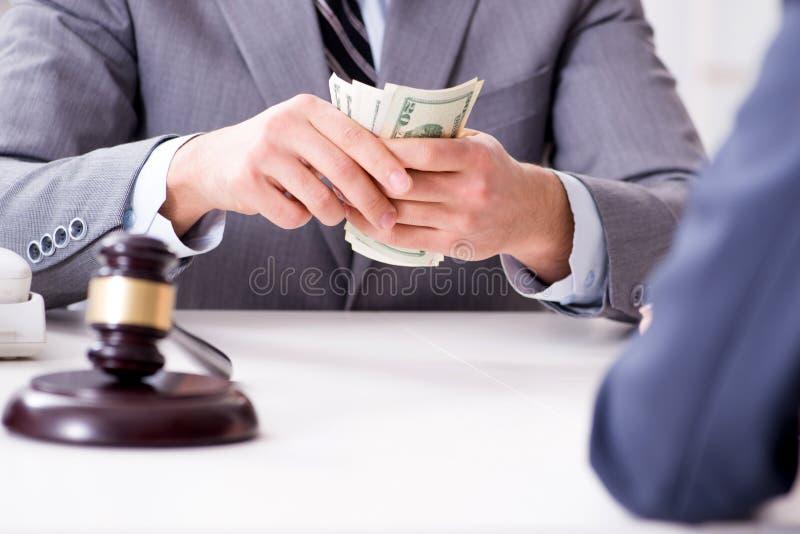 De advocaat die steekpenning voor zijn diensten worden aangeboden stock afbeeldingen