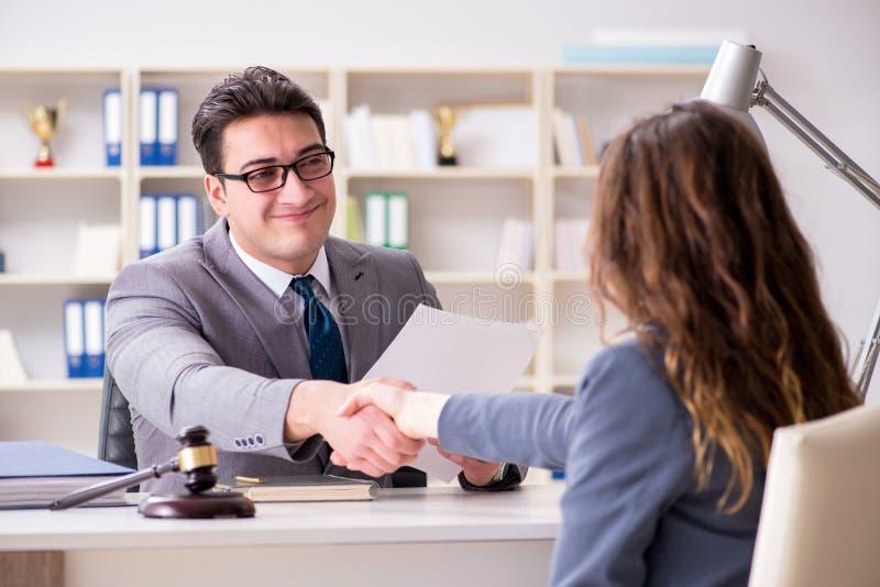 De advocaat die wettelijk geval bespreken met cliënt royalty-vrije stock afbeelding