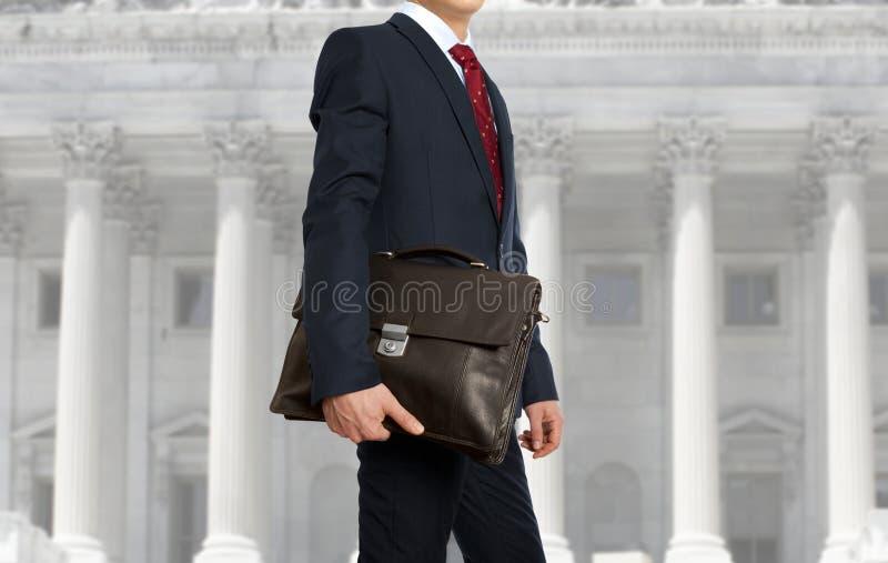 De advocaat met een aktentas stock afbeeldingen