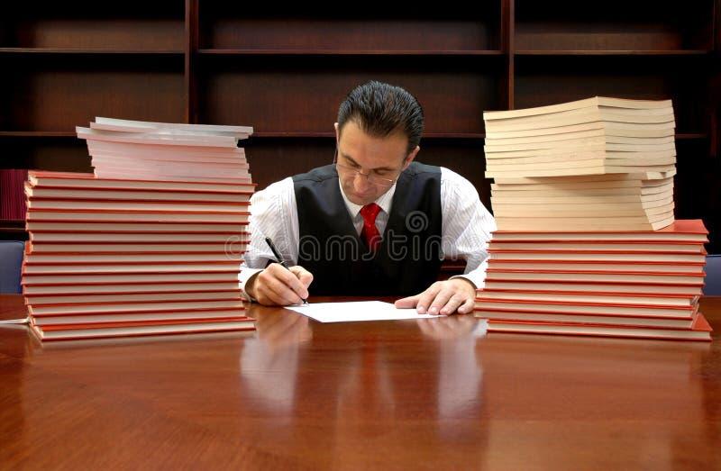 De advocaat ondertekent het contract