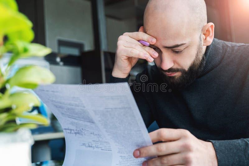 De advocaat zit in koffie bij lijst en leest contract alvorens te ondertekenen door cliënt De zakenman kijkt document documenten, royalty-vrije stock afbeelding