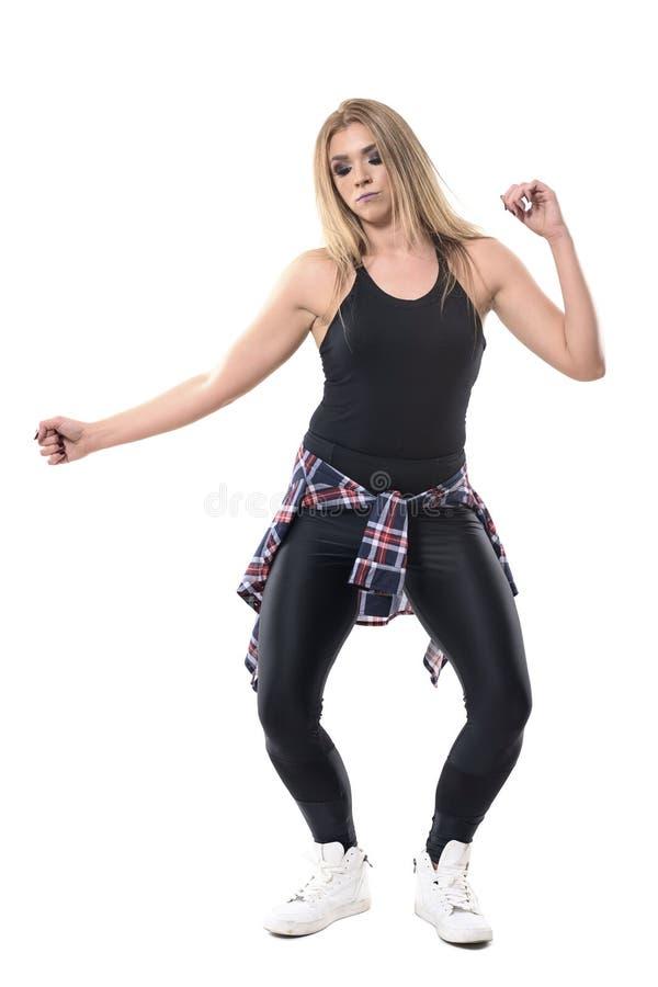 De aerobicsinstructeur van de blondevrouw het dansen jazzdans passionately terwijl neer het kijken royalty-vrije stock foto