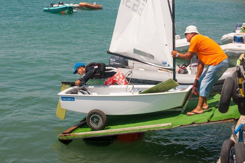 De afdaling aan het water in de boot het varen competities bulgarije royalty-vrije stock afbeelding