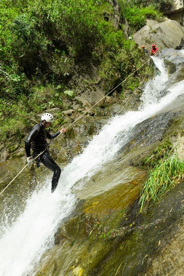 De Afdaling van de canyoningswaterval stock afbeelding