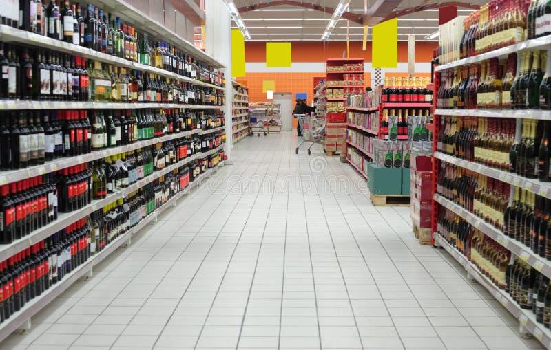 De afdeling van de wijn in supermarkt royalty-vrije stock foto